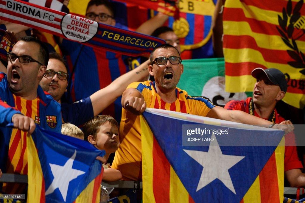 Catalan football fans hold Esteladas before the Spanish league football match Girona FC vs FC Barcelona at the Montilivi stadium in Girona on September 23, 2017. / AFP PHOTO / Josep LAGO