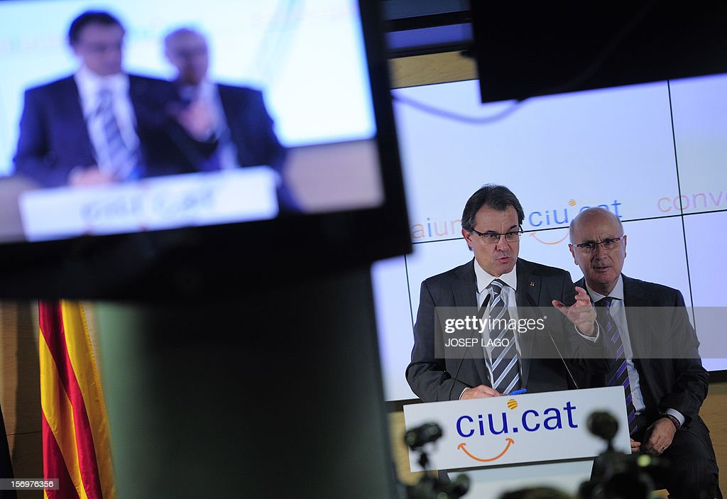 Catalan president and leader of the Catalan Convergence and Unity party (CiU), Artur Mas (L), and Secretary general of the CiU, Josep Antoni Duran i Lleida (R), give a joint a press conference in Barcelona on November 26, 2012. Catalonia's fight for statehood and a historic divorce from Spain floundered today after a snap election left no single party in command. Mas' centre-right nationalist alliance, Convergence and Union, remained well ahead in the vote but its share of the 135 parliamentary seats plunged from 62 to just 50. AFP PHOTO / JOSEP LAGO