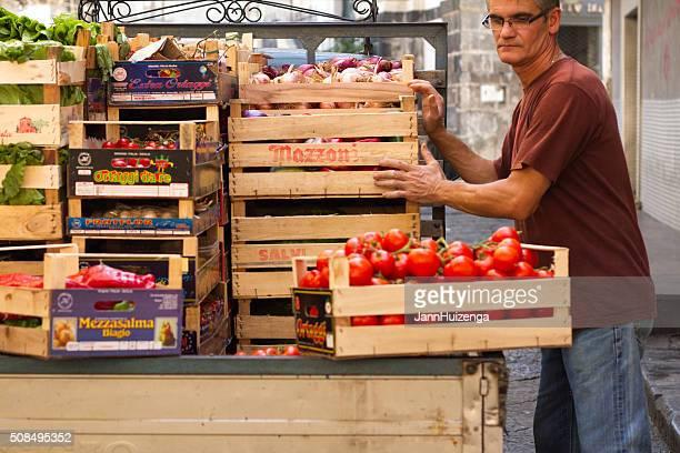 Catane en Sicile : Fournisseur chargement de cageots de légumes en camionnette