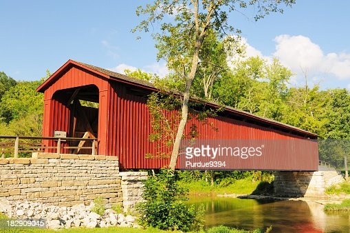 カタラクト滝州立公園インディアナ州の歴史豊かな赤い屋根付き橋