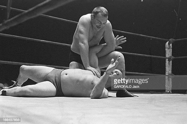 Catch Match Le 26 novembre 1956 au Vel' d'Hiv' de Paris en France lors d'un match de catch contre Roger DELAPORTE Robert CHARRON sur le ring...