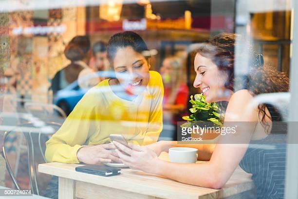 Para ponerse al día con sus amigos mientras disfruta de un café