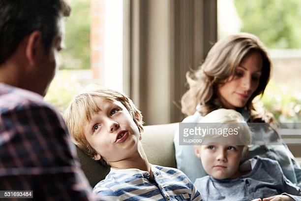 Gespräch mit Ihren Söhnen auf dem sofa