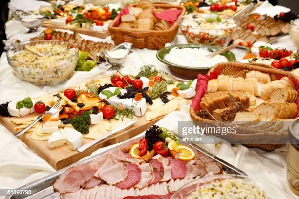 table traiteur complet de plats appétissants
