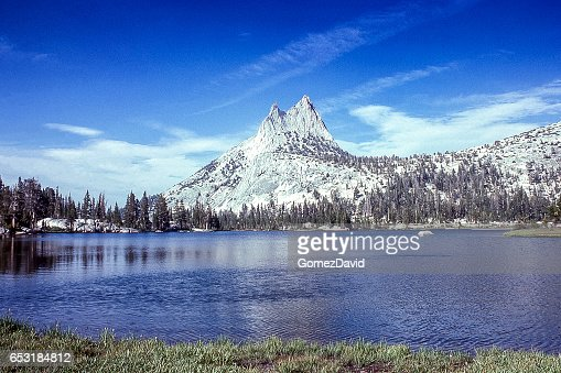 Cathedral Peaksand Lake with Under Cloudy Sky : Stock-Foto