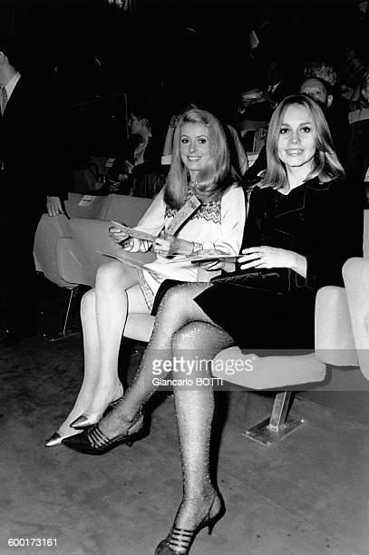 Catherine Deneuve et Françoise Dorléac a la premiere du film 'L'Espion' en 1966 à Paris France