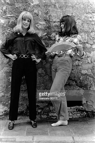 Catherine Deneuve et Françoise Dorléac lors du tournage du film 'Les Demoiselles de Rochefort' en juin 1966 en France