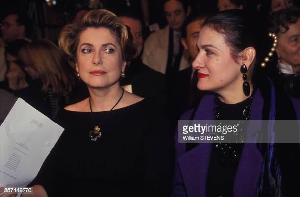 Catherine Deneuve et Paloma Picasso assises au premier rang du defile Yves Saint Laurent le 27 janvier 1993 a Paris France