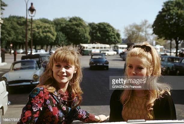 Catherine Deneuve Francoise Dorleac Attitude souriante de Catherine DENEUVE et sa soeur Françoise DORLEAC assises côte à côte sur le dossier des...