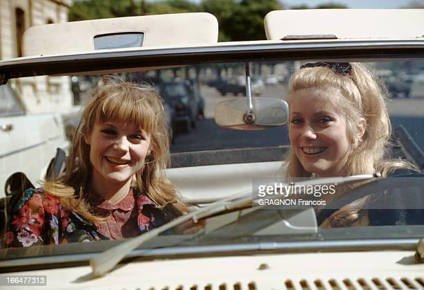 Catherine Deneuve Francoise Dorleac Attitude souriante de Catherine DENEUVE au volant d'une voiture décapotable sa soeur Françoise DORLEAC assise à...
