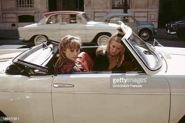 Catherine Deneuve Francoise Dorleac Catherine DENEUVE au volant d'une voiture décapotable avec sa soeur Françoise DORLEAC assise à ses côtés