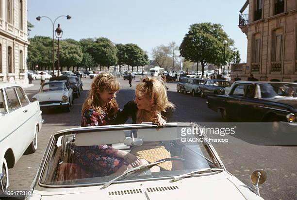 Catherine Deneuve Francoise Dorleac Catherine DENEUVE et sa soeur Françoise DORLEAC assises côte à côte sur le dossier des sièges d'une voiture...
