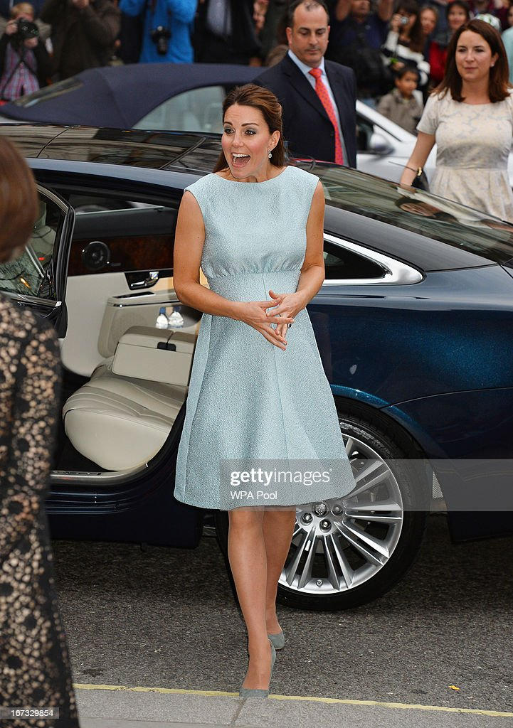 <a gi-track='captionPersonalityLinkClicked' href=/galleries/search?phrase=Catherine+-+Duquesa+de+Cambridge&family=editorial&specificpeople=542588 ng-click='$event.stopPropagation()'>Catherine</a>, Duchess of Cambridge arrives at an evening reception to celebrate the work of The Art Room charity at The National Portrait Gallery on April 24, 2013 in London, England.