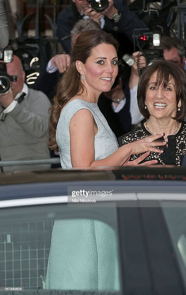 <a gi-track='captionPersonalityLinkClicked' href=/galleries/search?phrase=Catherine+-+Herzogin+von+Cambridge&family=editorial&specificpeople=542588 ng-click='$event.stopPropagation()'>Catherine</a>, Duchess of Cambridge arrives at an evening reception to celebrate the work of The Art Room charity at The National Portrait Gallery on April 24, 2013 in London, England.
