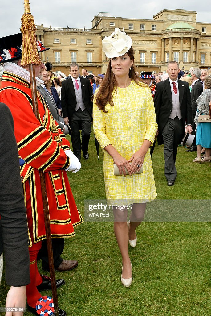 <a gi-track='captionPersonalityLinkClicked' href=/galleries/search?phrase=Catherine+-+Duquesa+de+Cambridge&family=editorial&specificpeople=542588 ng-click='$event.stopPropagation()'>Catherine</a>, Duchess of Cambridge attends a Garden Party in the grounds of Buckingham Palace hosted by Queen Elizabeth II on May 22, 2013.