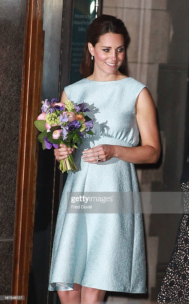 <a gi-track='captionPersonalityLinkClicked' href=/galleries/search?phrase=Catherine+-+Duquesa+de+Cambridge&family=editorial&specificpeople=542588 ng-click='$event.stopPropagation()'>Catherine</a>, Duchess of Cambridge attends an evening reception to celebrate the work of the Art Room Charity at the National Portrait Gallery on April 24, 2013 in London, England.