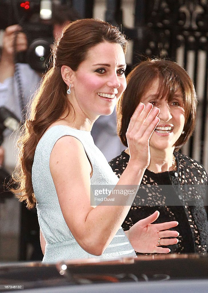 <a gi-track='captionPersonalityLinkClicked' href=/galleries/search?phrase=Catherine+-+Hertiginna+av+Cambridge&family=editorial&specificpeople=542588 ng-click='$event.stopPropagation()'>Catherine</a>, Duchess of Cambridge attends an evening reception to celebrate the work of the Art Room Charity at the National Portrait Gallery on April 24, 2013 in London, England.