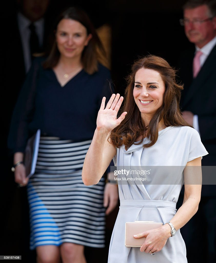 <a gi-track='captionPersonalityLinkClicked' href=/galleries/search?phrase=Catherine+-+Hertiginna+av+Cambridge&family=editorial&specificpeople=542588 ng-click='$event.stopPropagation()'>Catherine</a>, Duchess of Cambridge (followed by her Private Secretary Rebecca Deacon) departs Spencer House after attending a lunch in aid of The Anna Freud Centre on May 4, 2016 in London, England.