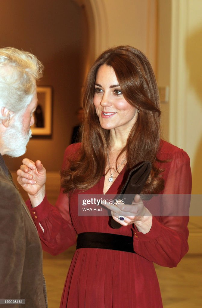 <a gi-track='captionPersonalityLinkClicked' href=/galleries/search?phrase=Catherine+-+Duquesa+de+Cambridge&family=editorial&specificpeople=542588 ng-click='$event.stopPropagation()'>Catherine</a>, Duchess of Cambridge is seen speaking to artist Paul Emsley after viewing his new portrait of herself during a private viewing at the National Portrait Gallery on January 11, 2013 in London, England.