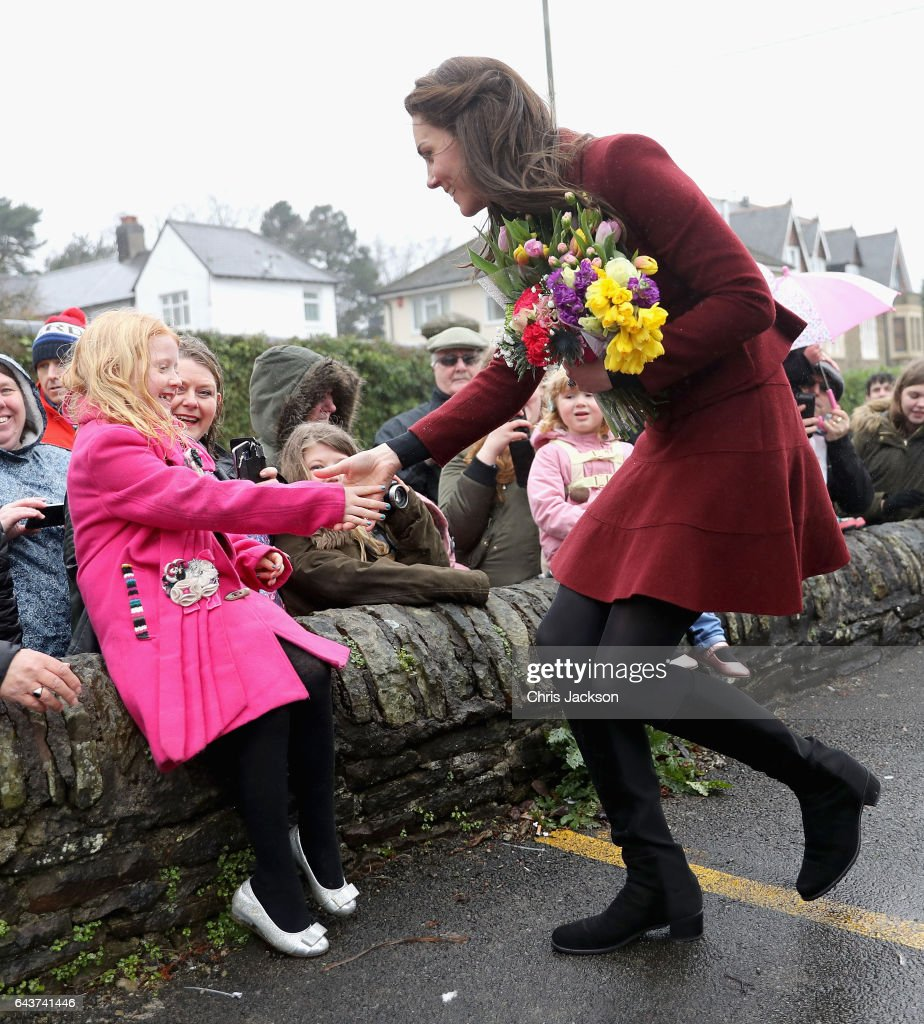 catherine-duchess-of-cambridge-meets-members-of-the-public-after-picture-id643741446