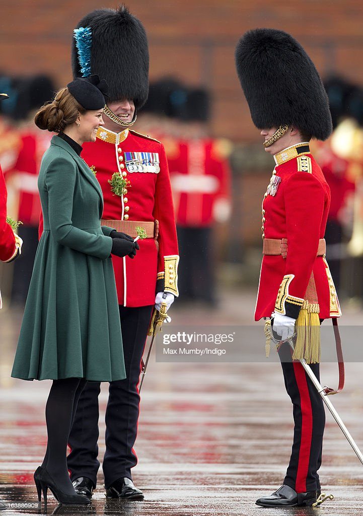 <a gi-track='captionPersonalityLinkClicked' href=/galleries/search?phrase=Catherine+-+Herzogin+von+Cambridge&family=editorial&specificpeople=542588 ng-click='$event.stopPropagation()'>Catherine</a>, Duchess of Cambridge presents sprigs of Shamrock to Officers and Guardsmen of the 1st Battalion Irish Guards during the St Patrick's Day Parade at Mons Barracks on March 17, 2013 in Aldershot, England.