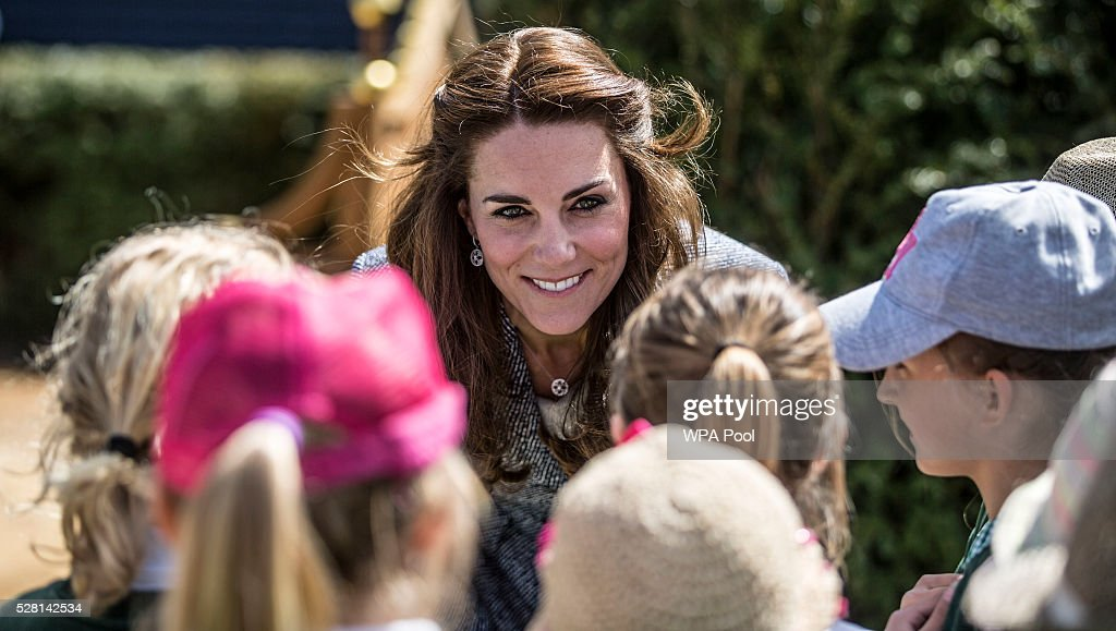 <a gi-track='captionPersonalityLinkClicked' href=/galleries/search?phrase=Catherine+-+Hertiginna+av+Cambridge&family=editorial&specificpeople=542588 ng-click='$event.stopPropagation()'>Catherine</a>, Duchess of Cambridge talks to local school children as she officially opens The Magic Garden at Hampton Court Palace on May 4, 2016 in London, England.