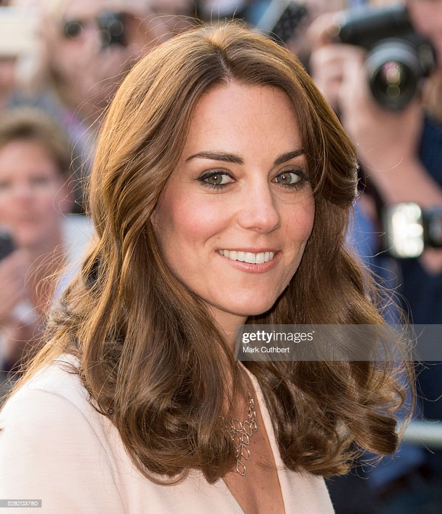 <a gi-track='captionPersonalityLinkClicked' href=/galleries/search?phrase=Catherine+-+Hertiginna+av+Cambridge&family=editorial&specificpeople=542588 ng-click='$event.stopPropagation()'>Catherine</a>, Duchess of Cambridge visits the 'Vogue 100: A Century Of Style' exhibition at National Portrait Gallery on May 4, 2016 in London, England. The Duchess appears on the cover of the centenary issue in June 2016.