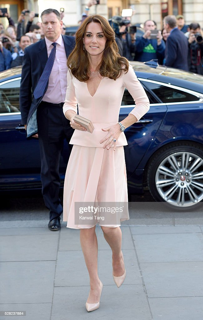 <a gi-track='captionPersonalityLinkClicked' href=/galleries/search?phrase=Catherine+-+Herzogin+von+Cambridge&family=editorial&specificpeople=542588 ng-click='$event.stopPropagation()'>Catherine</a>, Duchess of Cambridge visits the 'Vogue 100: A Century Of Style' exhibition at National Portrait Gallery on May 4, 2016 in London, England. The Duchess appears on the cover of the centenary issue in June 2016.
