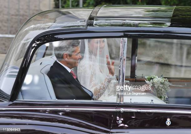 Catherine Middleton waves as she arrives with her father Michael Middleton to attend the Royal Wedding of Prince William to Catherine Middleton at...