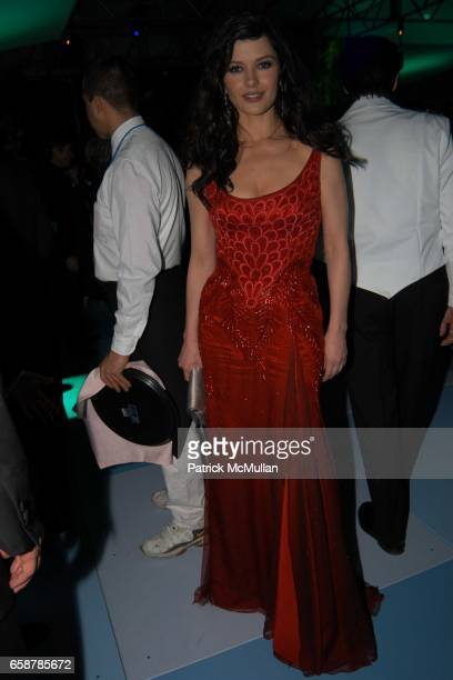 Catherine Zeta Jones attends the 2004 Vanity Fair Oscar Party at Mortons on February 29 2004 in Beverly Hills California