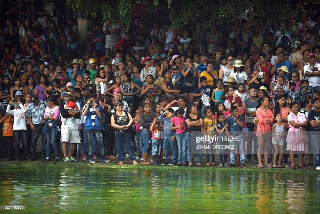 Catholic devotees take part in the 'Holy Child' aquatic procession across the Amatitlan Lake, Amatitlan municipality, 35 km south of Guatemala City on May 3,2016, during the celebration of the Day of the Cross. / AFP / JOHAN