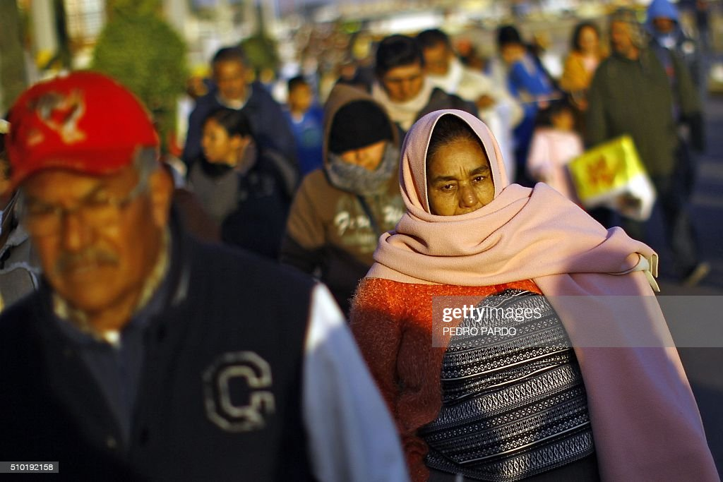 Catholic faithful arrive for a mass by Pope Francis in Ecatepec --a rough, crime-plagued Mexico City suburb-- where he is to celebrate an open-air mass, on February 14, 2016. Pope Francis has chosen to visit some of Mexico's most troubled regions during his five-day trip to the world's second most populous Catholic country. AFP PHOTO / PEDRO PARDO / AFP / Pedro PARDO