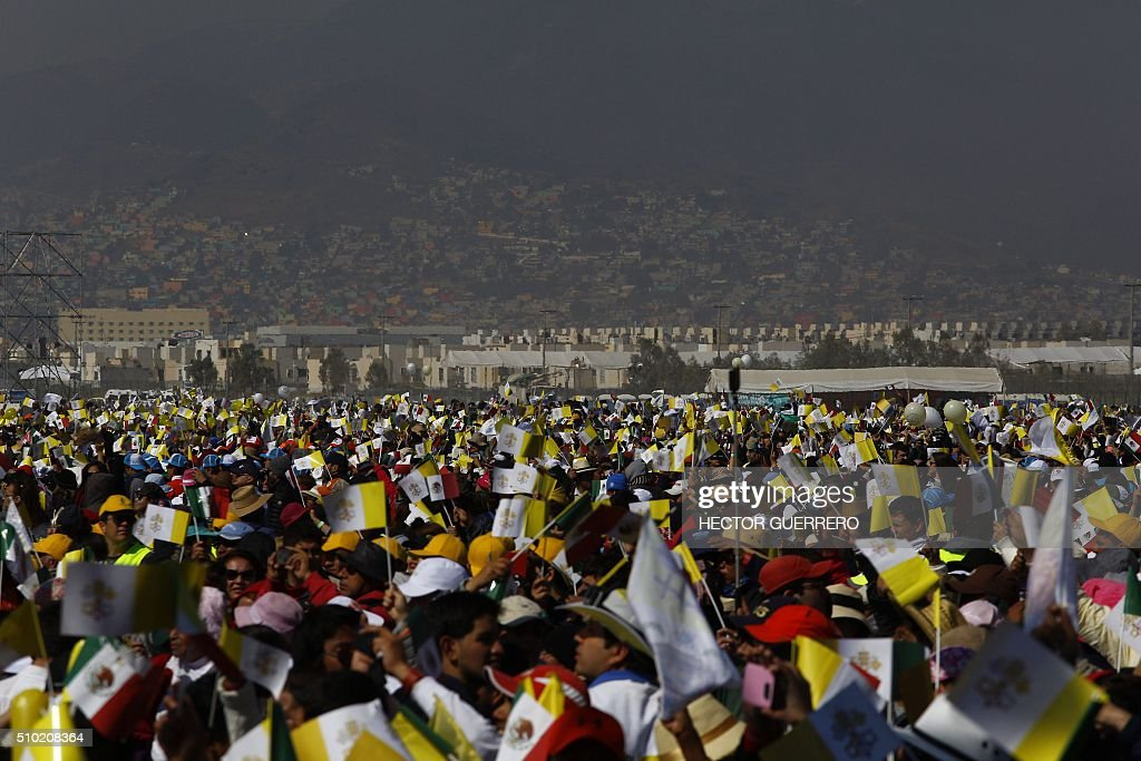 Catholic faithful attend Pope Francis' open-air mass in Ecatepec --a rough, crime-plagued Mexico City suburb-- on February 14, 2016. Pope Francis has chosen to visit some of Mexico's most troubled regions during his five-day trip to the world's second most populous Catholic country. AFP PHOTO/HECTOR GUERRERO / AFP / HECTOR GUERRERO