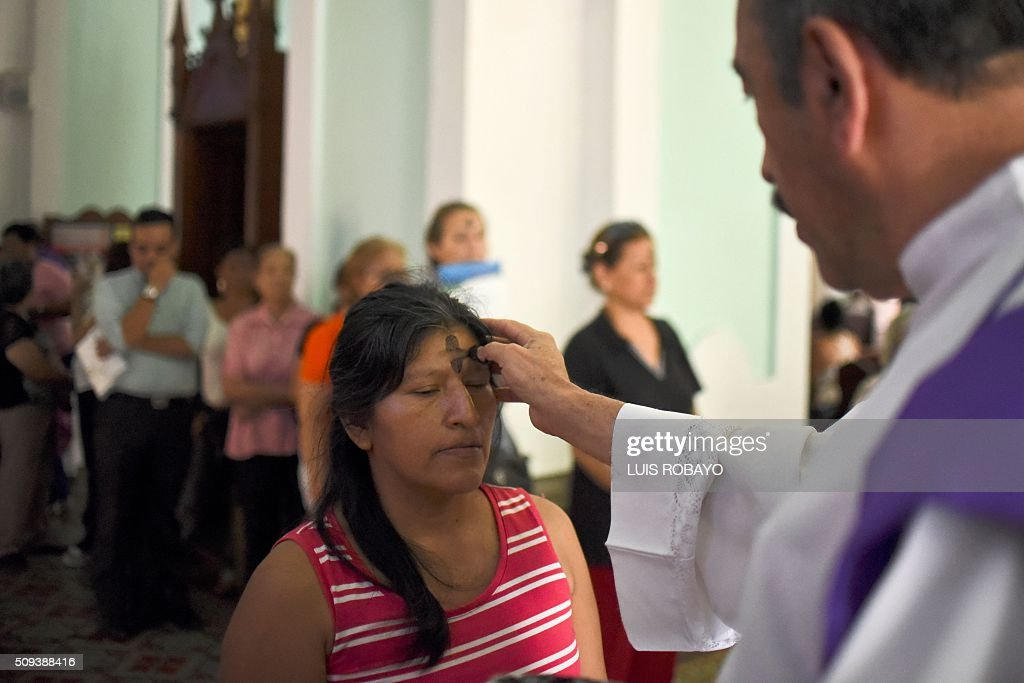 Catholic faithful participate in a mass for Ash Wednesday on February 10, 2016, in Cali, Colombia. Ash Wednesday marks the beginning of Lent, a period of penitence for Christians before Easter. AFP PHOTO / LUIS ROBAYO / AFP / LUIS ROBAYO