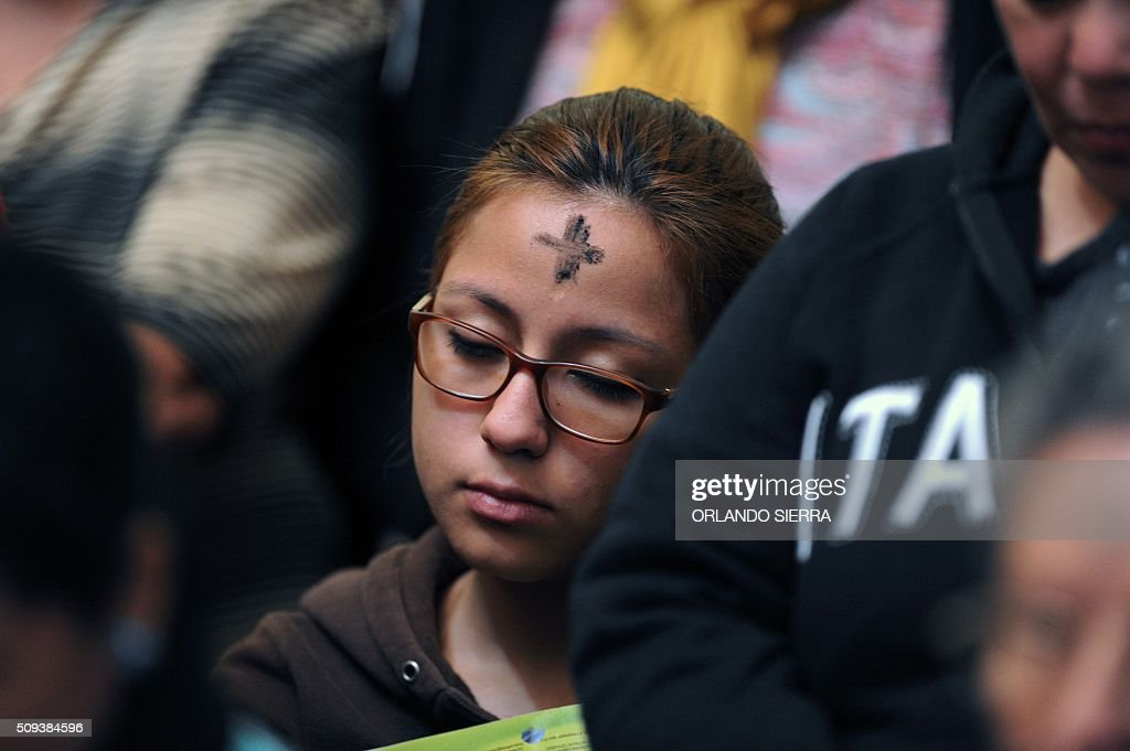 Catholic faithful participate in the Ash Wednesday mass at the San Miguel Arcangel cathedral in Tegucigalpa on February 10, 2016. AFP PHOTO / ORLANDO SIERRA / AFP / ORLANDO SIERRA