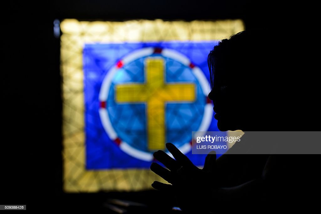 A Catholic faithful prays during Ash Wednesday on February 10, 2016, in Cali, Colombia. Ash Wednesday marks the beginning of Lent, a period of penitence for Christians before Easter. AFP PHOTO / LUIS ROBAYO / AFP / LUIS ROBAYO