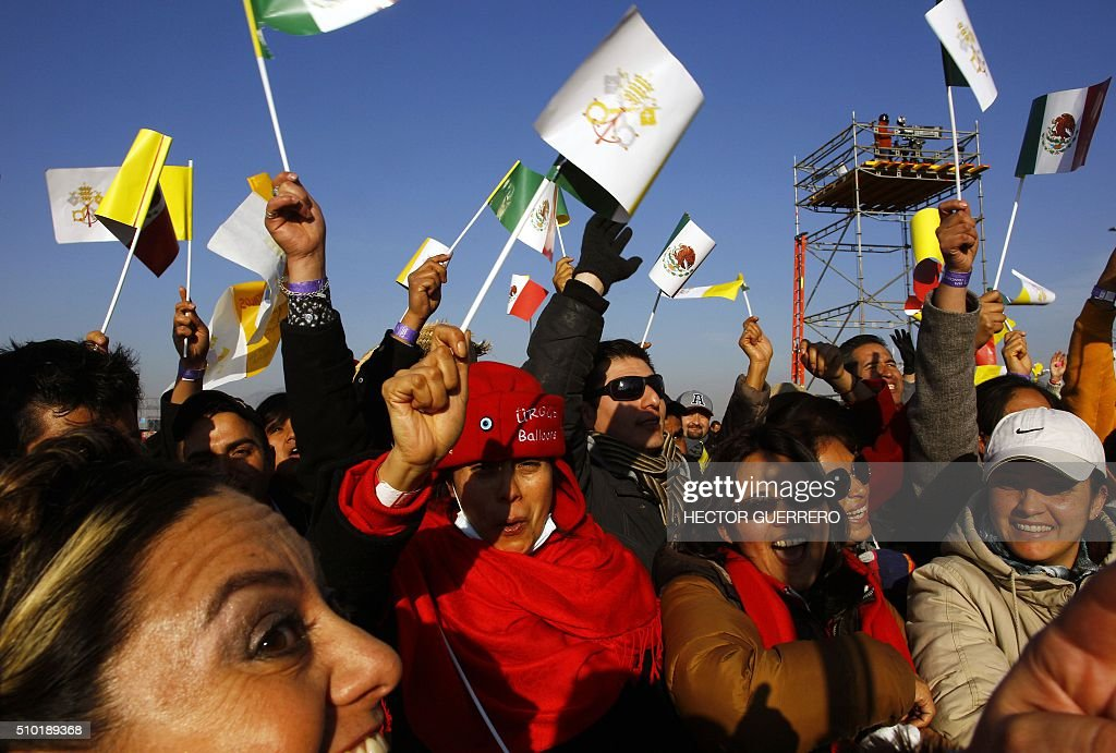 Catholic faithful wait for the arrival of Pope Francis in Ecatepec --a rough, crime-plagued Mexico City suburb-- where he will celebrate an open-air mass, on February 14, 2016. Pope Francis has chosen to visit some of Mexico's most troubled regions during his five-day trip to the world's second most populous Catholic country. AFP PHOTO / HECTOR GUERRERO / AFP / HECTOR GUERRERO