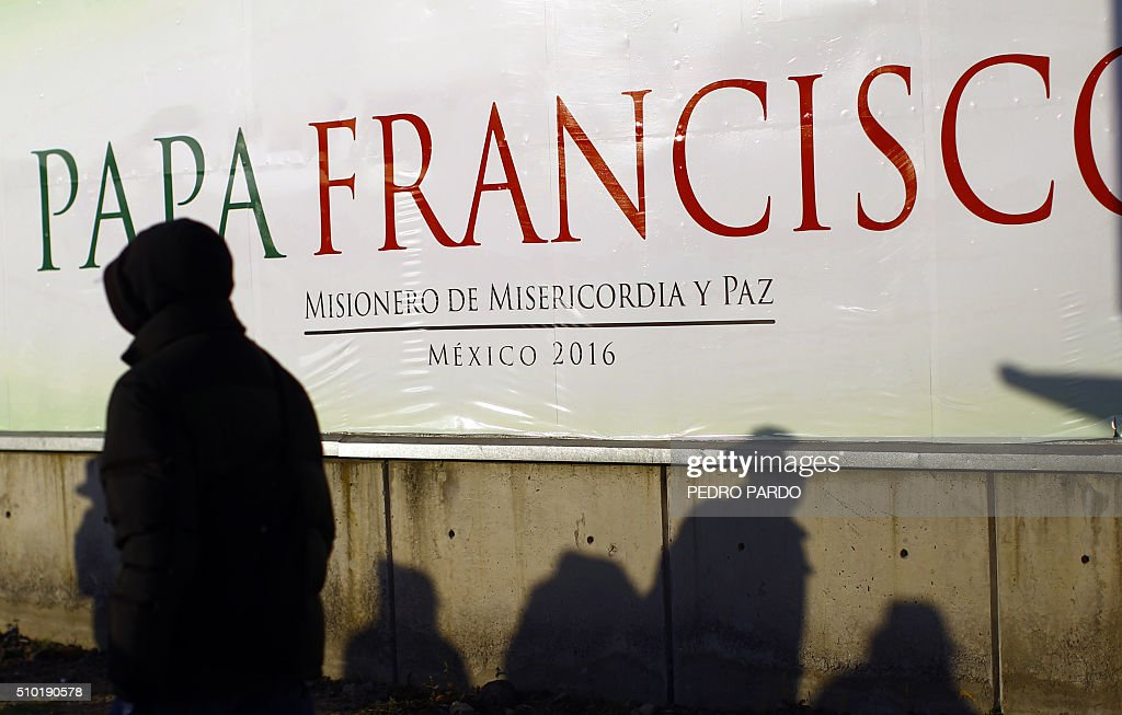 Catholic faithful wait for the arrival of Pope Francis in Ecatepec --a rough, crime-plagued Mexico City suburb-- where the latter is to celebrate an open-air mass, on February 14, 2016. Pope Francis has chosen to visit some of Mexico's most troubled regions during his five-day trip to the world's second most populous Catholic country. AFP PHOTO / PEDRO PARDO / AFP / Pedro PARDO