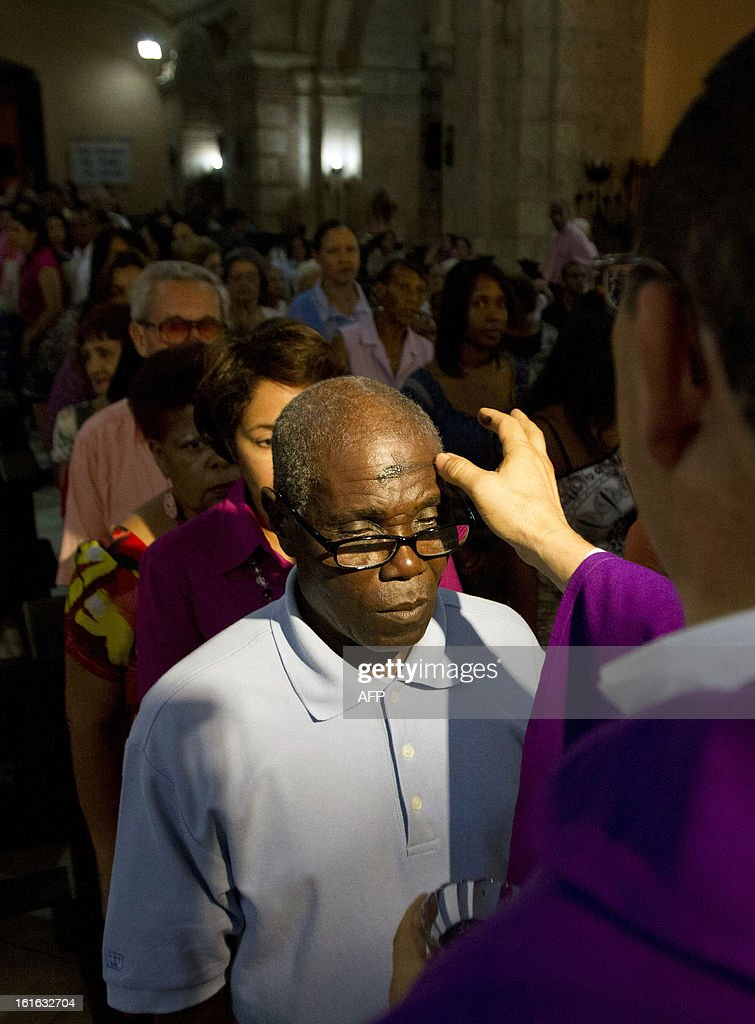 Catholic faithfuls attend mass during the celebration of Ash Wednesday in Las Mercedes parish in Santo Domingo, on February 13, 2013. Ash Wednesday marks the Christian period of Lent, prior to the Holy Week. AFP PHOTO/ Erika SANTELICES