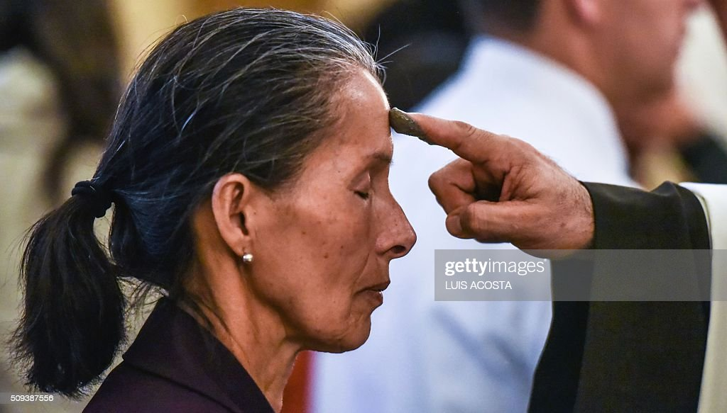 Catholics celebrate Ash Wednesday marking the beginning of Lent, a period of penitence for Christians before Easter, in Bogota on February 10, 2016. AFP PHOTO/LUIS ACOSTA / AFP / LUIS ACOSTA