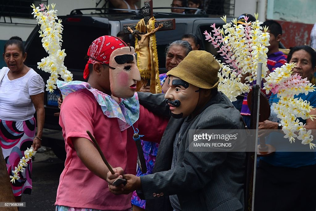 Catholics participate in festivities in honor of the day of the Holy Cross in Santiago Nonualco, 48 km south from San Salvador, on May 3, 2016. The inhabitants of Santiago Nonualco offer fruits to the Holy Cross in gratitude for the harvest obtained in the year and by the beginning of the rainy season. / AFP / MARVIN