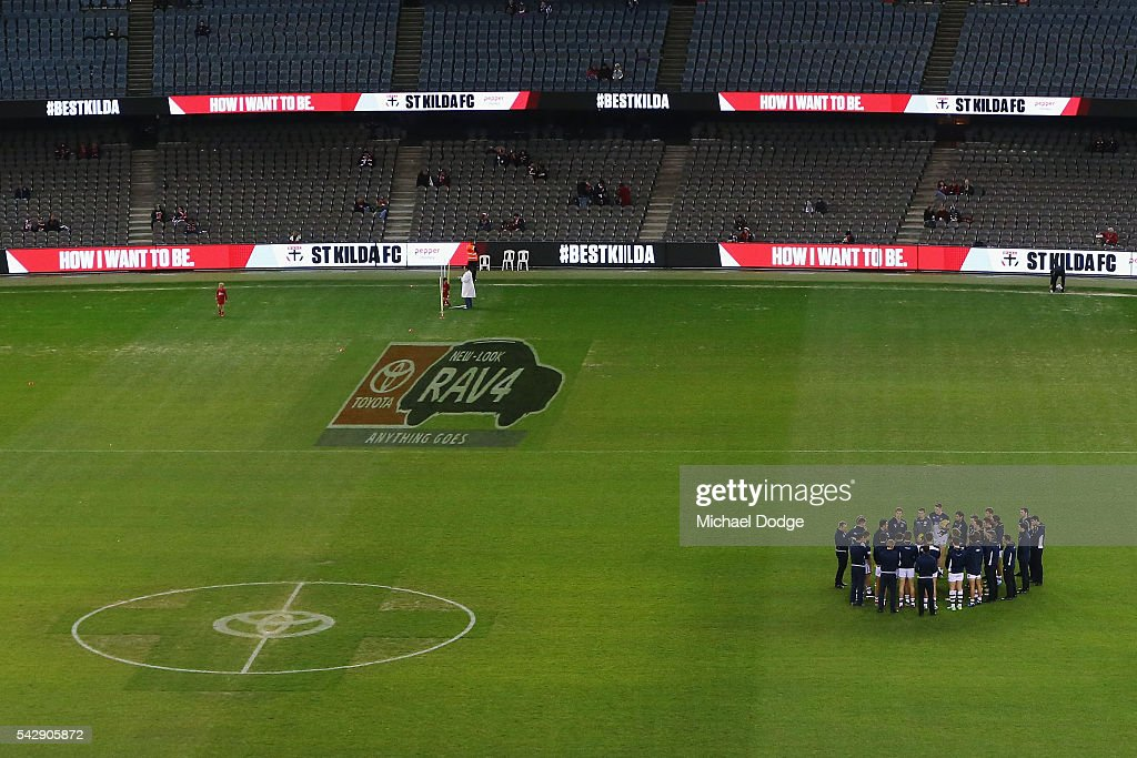 Cats head coach <a gi-track='captionPersonalityLinkClicked' href=/galleries/search?phrase=Chris+Scott+-+Australian+Rules+Football+Player&family=editorial&specificpeople=178256 ng-click='$event.stopPropagation()'>Chris Scott</a> speaks to his players before warm up during the round 14 AFL match between the St Kilda Saints and the Geelong Cats at Etihad Stadium on June 25, 2016 in Melbourne, Australia.