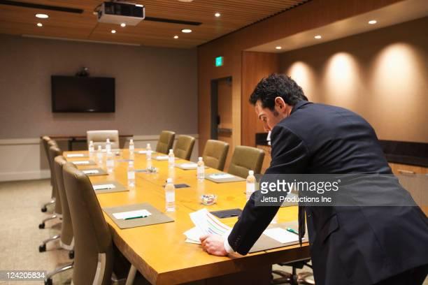 Kaukasischen Geschäftsmann stehend auf leeren Konferenzraum