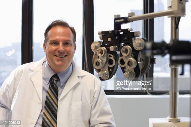 Caucasianos olho médico no escritório