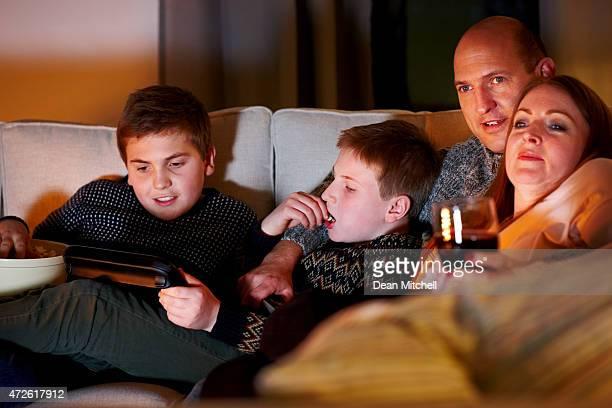 Caucasien famille regarder la télévision