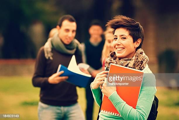Kaukasisch weibliche college-student im Freien