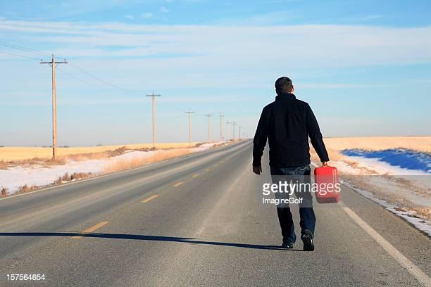 Caucasico Maschio corto di Gas sull'autostrada