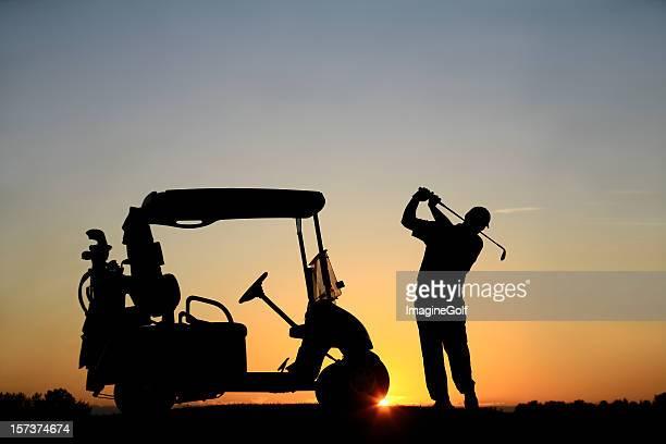 Europäischer Abstammung männliche Senioren Golfspieler, mit Golfwagen bei Sonnenuntergang