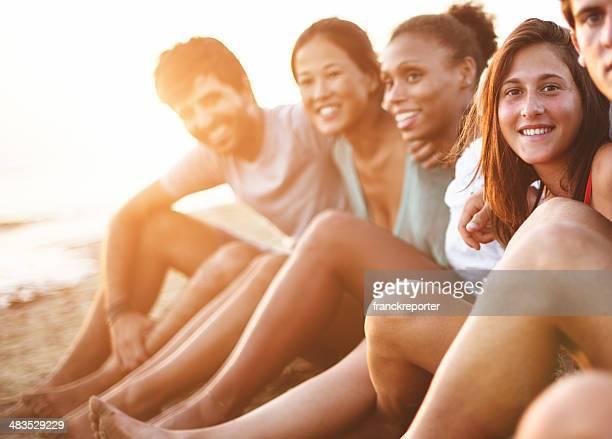 Europäischer Abstammung Mann Lächeln am Strand mit Freunden