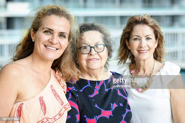 Sénior caucasiana mãe posar com suas filhas maduro